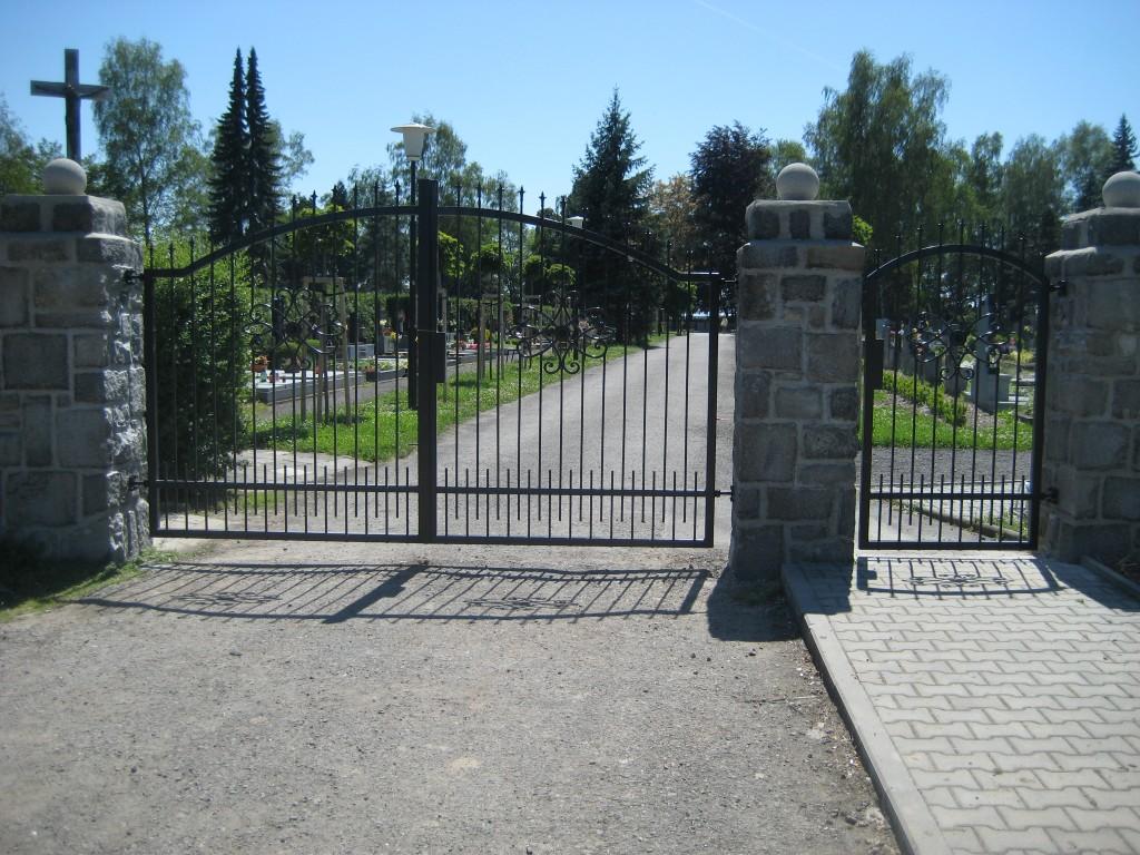 2014.06.07. Polanka hřbitov, výroba a montáž bran (1)